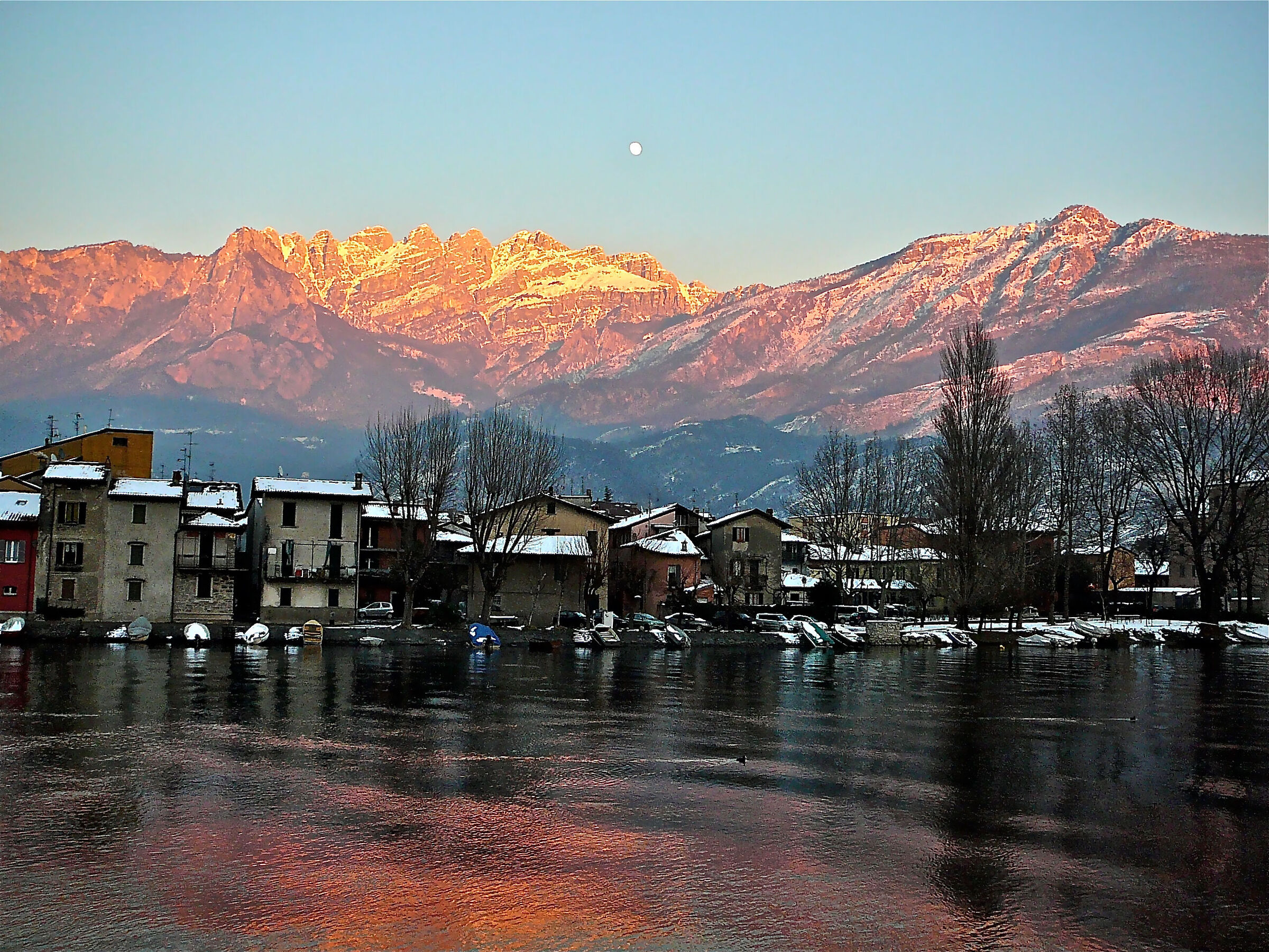 Pescarenico, tramonto invernale con luna sul Resegone...