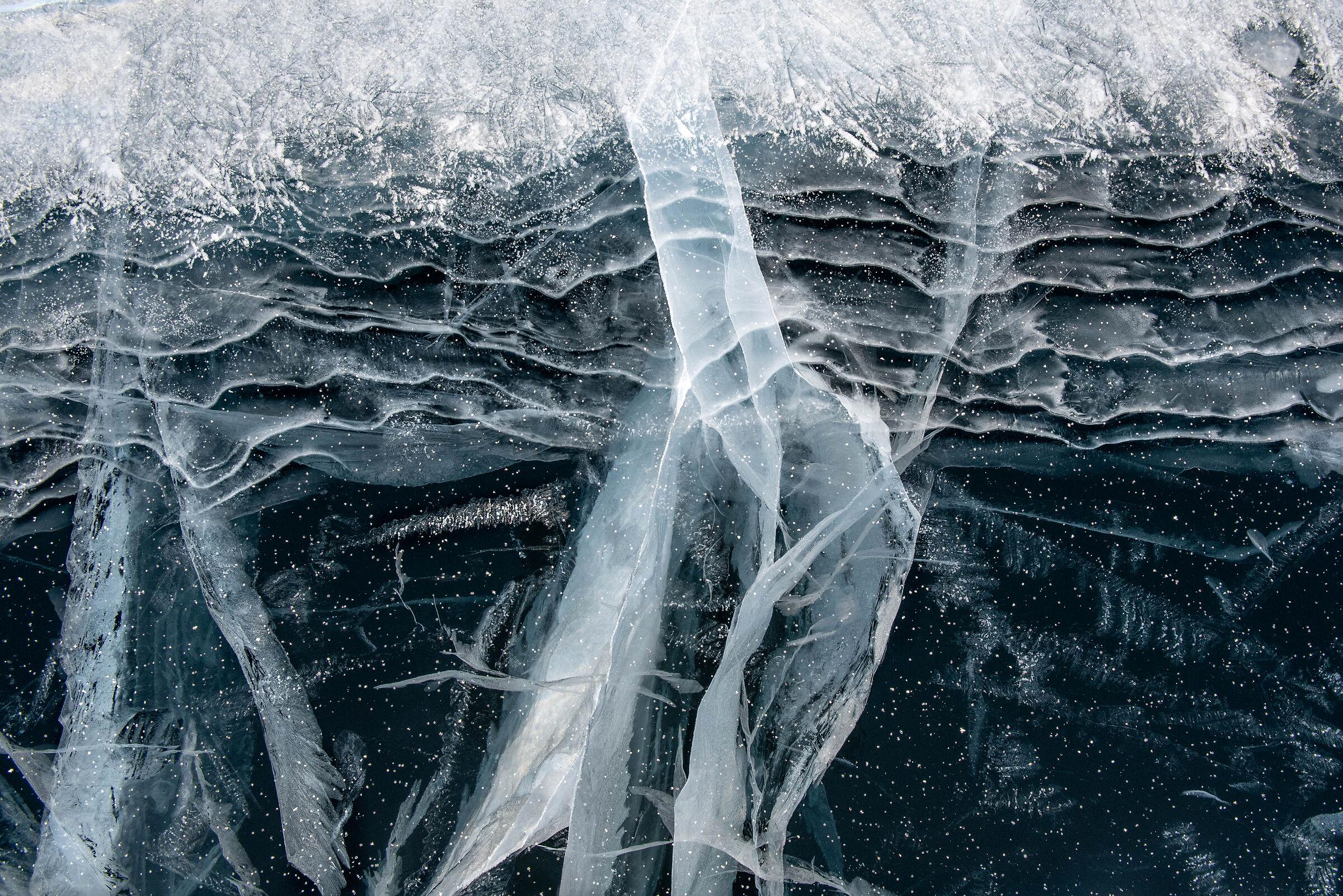 Strani disegni nel lago ghiacciato...